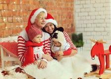 Weihnachtsmütter mit Söhnen Lizenzfreies Stockfoto