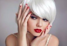 Weihnachtsmake-up Rotes Lippenmake-up Schöne blonde Mädchennahaufnahme Stockfotografie