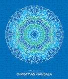 Weihnachtsmandala mit dekorativen Feiertagselementen auf Blau Lizenzfreies Stockbild