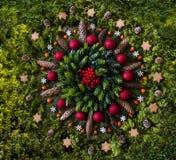 Weihnachtsmandala mit Naturelementen stockbild