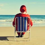 Weihnachtsmann auf dem Strand Lizenzfreie Stockfotos