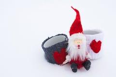 Weihnachtsmann auf dem weißen Schnee Stockbilder