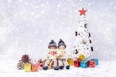 Weihnachtsmann auf einem Schlitten Noel-Gnomhintergrund mit Geschenken und Schnee Lizenzfreies Stockbild