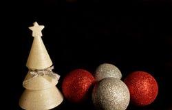 Weihnachtsmann auf einem Schlitten Weihnachtsdekorationen, Bälle und Kerzenbaum lizenzfreie stockfotografie