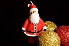 Weihnachtsmann auf einem Schlitten Weihnachtsdekorationen, Bälle und Santa Claus-Kerze lizenzfreie stockfotos