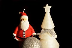 Weihnachtsmann auf einem Schlitten Weihnachtsdekorationen, Ball, Baum und Santa Claus-Kerzen lizenzfreie stockfotos