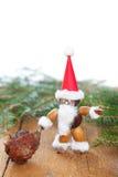 Weihnachtsmann bildete von den Kastanien, Eicheln, Bucheckern Stockfotos
