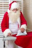 Weihnachtsmann, der Aufgaben tut Stockfotografie