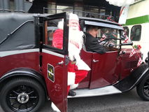Weihnachtsmann, der aus ein Weinlesefahrerhaus herauskommt Lizenzfreies Stockfoto