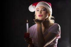Weihnachtsmann in der Dunkelheit mit Kerze Stockfotografie