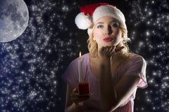Weihnachtsmann in der Dunkelheit mit Kerze Stockfoto