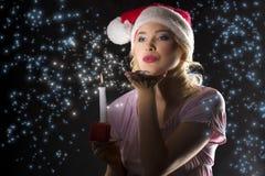 Weihnachtsmann in der Dunkelheit mit Kerze Stockbild