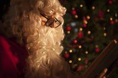 Weihnachtsmann, der ein Buch liest Lizenzfreie Stockbilder
