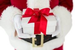 Weihnachtsmann, der ein Geschenk anhält Lizenzfreies Stockfoto
