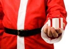 Weihnachtsmann, der ein Geschenk anhält Stockbild