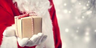 Weihnachtsmann, der ein Geschenk gibt Lizenzfreies Stockbild