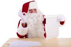 Weihnachtsmann, der einen Brief liest Lizenzfreie Stockfotos