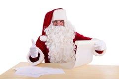 Weihnachtsmann, der einen Brief liest Lizenzfreie Stockbilder