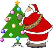 Weihnachtsmann, der einen Weihnachtsbaum verziert Lizenzfreie Stockfotos