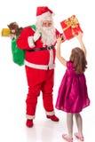 Weihnachtsmann, der Geschenk kleines Mädchen gibt stockfotografie