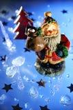 Weihnachtsmann, der Geschenke holt Stockbilder