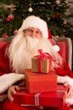 Weihnachtsmann, der im Lehnsessel sitzt Stockfotos