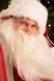 Weihnachtsmann, der im Lehnsessel sitzt Stockfoto