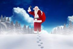 Weihnachtsmann, der im Schnee während der Weihnachtszeit steht Stockfotografie