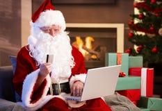 Weihnachtsmann, der online kauft Lizenzfreies Stockfoto