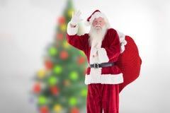 Weihnachtsmann, der seine Hand während der Weihnachtszeit wellenartig bewegt Lizenzfreies Stockfoto