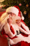 Weihnachtsmann, der unhöfliche Geste zur Kamera bildet Stockfotografie