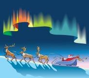 Weihnachtsmann, der unter Nordleuchten sleighing ist