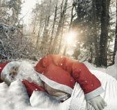 Weihnachtsmann, der in der Waldumwelt umfasst mit Schnee schläft Lizenzfreie Stockbilder