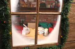 Weihnachtsmann in der Werkstatt mit Spule-Feder Lizenzfreies Stockfoto