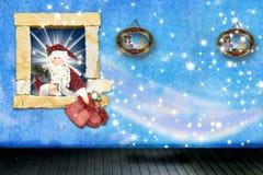 Weihnachtsmann, der zu Hause Geschenke lässt Stockfoto