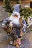 Weihnachtsmann-Figürchen ausgerüstet mit Himmel und Geschenke und eine Ingwermannfigürchen stockfotografie