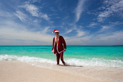 Weihnachtsmann geht vom Ozean heraus Stockbild