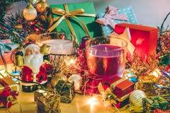 Weihnachtsmann-Griffglocke und Weihnachtskerze und Verzierung verzieren frohe Weihnachten, guten Rutsch ins Neue Jahr Stockbilder
