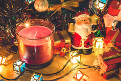 Weihnachtsmann-Griffglocke und Weihnachtskerze, Verzierung verzieren frohe Weihnachten und guten Rutsch ins Neue Jahr Stockfotografie