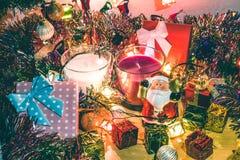 Weihnachtsmann-Griffglocken-, weiße und violetteweihnachtskerze, Verzierung verzieren frohe Weihnachten und guten Rutsch ins Neue Lizenzfreie Stockbilder