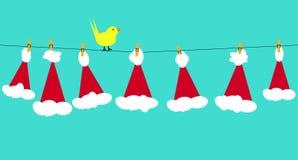 Weihnachtsmann-Hüte auf Wäscheleine Stockfotografie