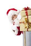Weihnachtsmann hinter Weihnachtsgeschenkkästen Stockbild