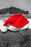 Weihnachtsmann-Hut auf Strand stockfoto