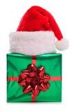 Weihnachtsmann-Hut und Geschenk eingewickeltes Geschenk Stockbild