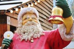 Weihnachtsmann kleidete im Rot mit Bart und Hut an Stockfoto