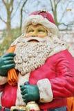Weihnachtsmann kleidete im Rot mit Bart und Hut an Lizenzfreie Stockbilder