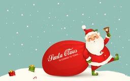 Weihnachtsmann kommt Lustige Santa Claus mit enormem, rot, Sandsack mit Geschenken, Geschenkboxen, Klingelglocke lokalisiert Glüc stockbilder