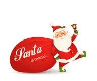 Weihnachtsmann kommt Santa Claus mit enormem, rot, Sandsack mit Geschenken, Geschenkboxen, Klingelglocke lokalisiert Glückliche S lizenzfreie stockfotos