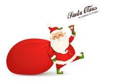 Weihnachtsmann kommt Santa Claus mit enormem, rot, Sandsack mit Geschenken, Geschenkboxen, Klingelglocke lokalisiert Glückliche S stockbild