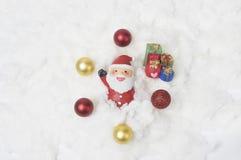 Weihnachtsmann legen auf dem Schnee nieder Lizenzfreie Stockbilder